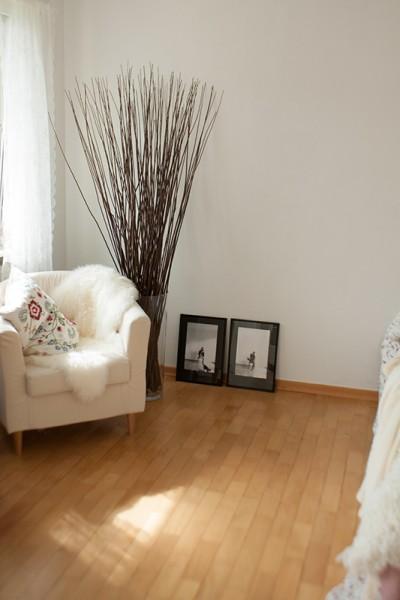 tolle bodenvase mit zweigen und kies gro er. Black Bedroom Furniture Sets. Home Design Ideas